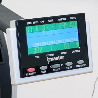 Bilden visar en display på en roddmaskin. Det är vanligt att det är 10-12 inbyggda träningsprogram. Programmen brukar dessutom vara skalbara. Dvs. du kan justera motståndet i olika nivåer för varje träningsprogram. Vissa roddmaskiner har inbyggd pulsmotta