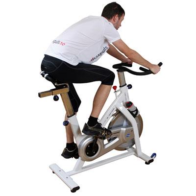 <p>Spinningcyklar riktar sig till personer som vill ha möjlighet att köra lite intensivare träning. Cykeln är kraftigt byggd och klarar intensiva intervaller i högt motstånd.</p>  <p>Sadeln på en spinningcykel är smalare och liknar oft