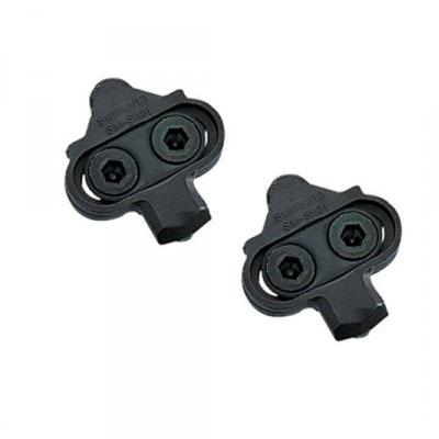 Bilden visar SPD-klossar som passar till spinningskor. SPD-klossarna är utformade så att du enkelt kan vrida foten inåt eller utåt för att lossa cykelskorna från cykelpedalerna.