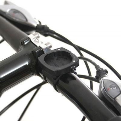 Bilden visar ett fäste till cykeldator monterat på styret.