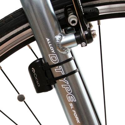 Bilden visar hastighetssensor monterad på framgaffeln och magnet monterad på en eker i cykelhjulet.